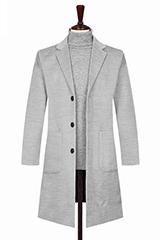 Светло-серое мужское пальто.