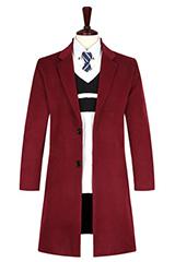 Яркое малиновое пальто.