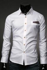 Белая рубашка с коричневыми пуговицами